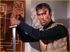 Plus de vingt ans plus tard, dans la colonie Korvat, alors que la FUP et l'Empire Klingon observent toujours une paix armée, Kang rencontre Curzon Dax à une.